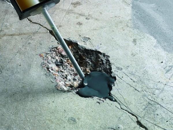 На фото – бетонный пол с дефектами