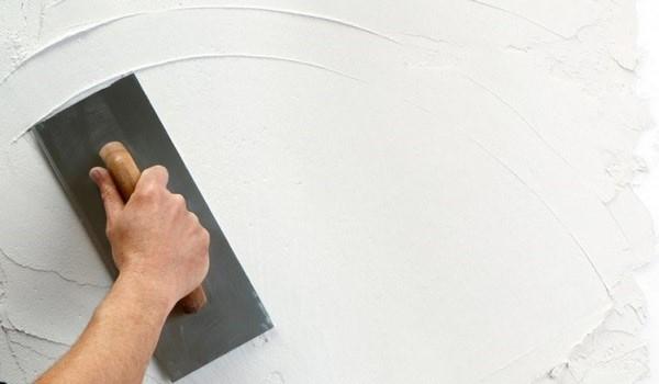На фото – оштукатуривание стен