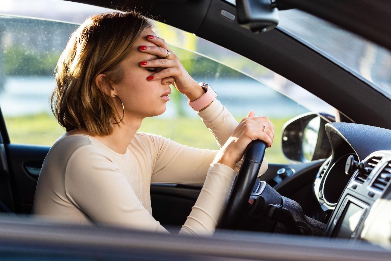 Утомленная женщина в автомобиле
