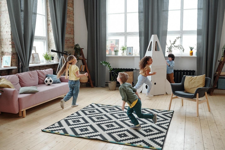 Дети бегают по комнате